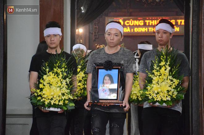Xuân Bắc và nhiều nghệ sĩ nhà hát kịch Việt Nam bật khóc xót xa trong tang lễ đồng nghiệp vụ tai nạn hầm Kim Liên - Ảnh 18.