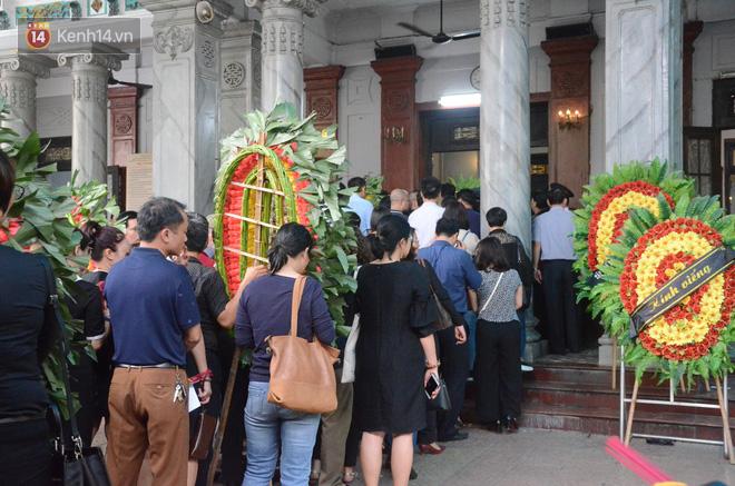 Xuân Bắc và nhiều nghệ sĩ nhà hát kịch Việt Nam bật khóc xót xa trong tang lễ đồng nghiệp vụ tai nạn hầm Kim Liên - Ảnh 3.