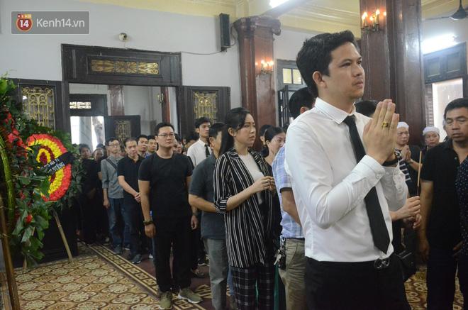 Xuân Bắc và nhiều nghệ sĩ nhà hát kịch Việt Nam bật khóc xót xa trong tang lễ đồng nghiệp vụ tai nạn hầm Kim Liên - Ảnh 4.