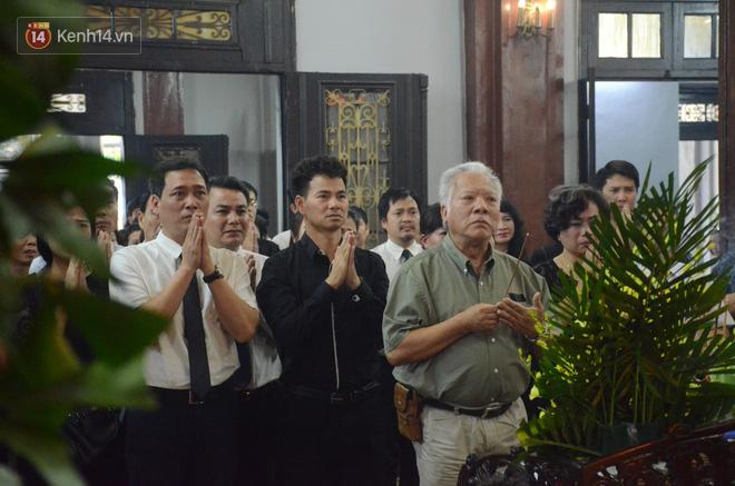 Xuân Bắc và nhiều nghệ sĩ nhà hát kịch Việt Nam bật khóc xót xa trong tang lễ đồng nghiệp vụ tai nạn hầm Kim Liên - Ảnh 5.