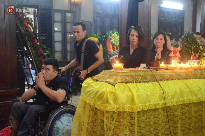 Xuân Bắc và nhiều nghệ sĩ nhà hát kịch Việt Nam bật khóc xót xa trong tang lễ đồng nghiệp vụ tai nạn hầm Kim Liên - Ảnh 8.