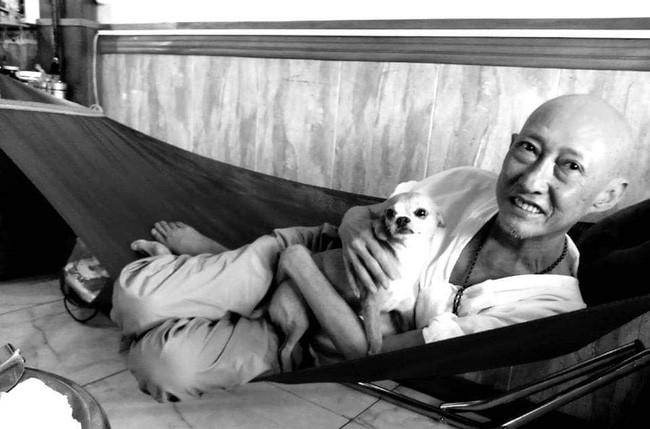 Rơi nước mắt với hình ảnh chú cún nhỏ buộc khăn tang trắng, quanh quẩn không rời bên linh cữu cố nghệ sĩ Lê Bình  - Ảnh 11.