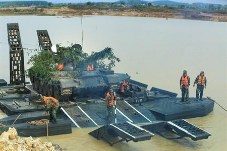 QĐND Việt Nam chở xe tăng qua sông bằng thuyền gỗ: Chuyện có một không hai trên TG - Ảnh 2.