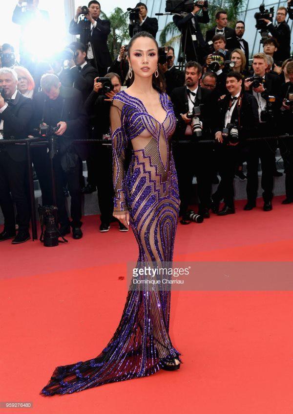 Trước Ngọc Trinh, Top 5 Hoa hậu Việt Nam 2012 từng gây tranh cãi với trang phục hở 80% da thịt ở LHP Cannes - Ảnh 1.