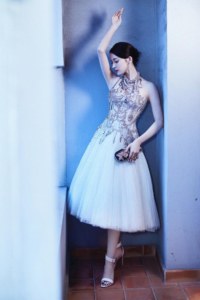 Mỹ nhân bị nhầm với Ngọc Trinh: Nàng công chúa Hoa ngữ đẹp ná thở tại Cannes bất chấp ảnh không photoshop - Ảnh 16.