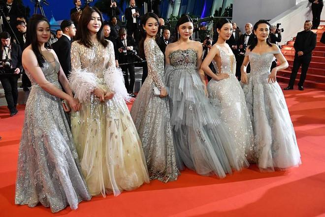 Gây tranh cãi vì trang phục táo bạo trên thảm đỏ, Ngọc Trinh đến LHP Cannes bằng cách nào? - Ảnh 5.