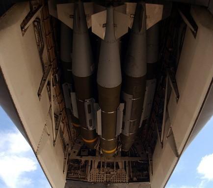 Chiến hạm bay B-1B Lancer: Sáng ném bom Taliban, chiều không kích Triều Tiên? - Ảnh 8.