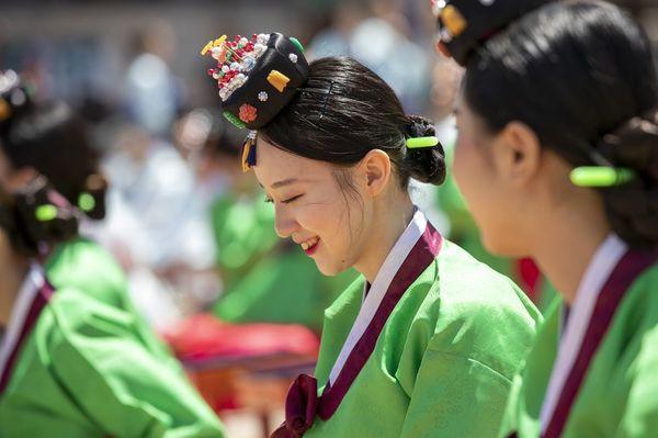 Lễ trưởng thành ở Hàn Quốc: Nghi thức đánh dấu bước ngoặt của thanh niên khi không còn phụ thuộc vào cha mẹ - Ảnh 2.