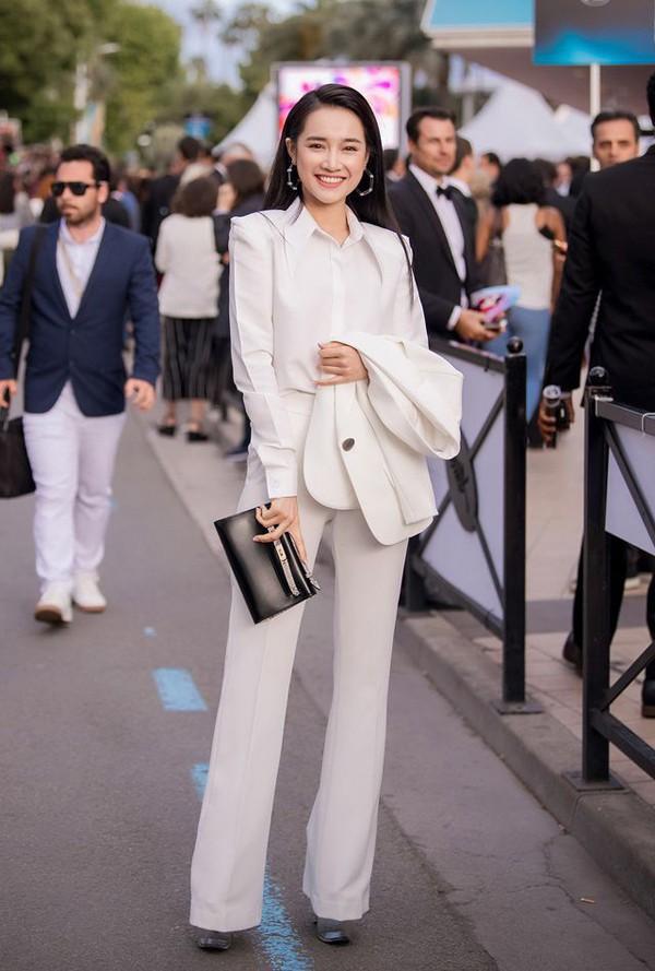 Không cần ăn mặc phản cảm như Ngọc Trinh, 4 người đẹp Việt này vẫn gây ấn tượng tại LHP Cannes - Ảnh 3.