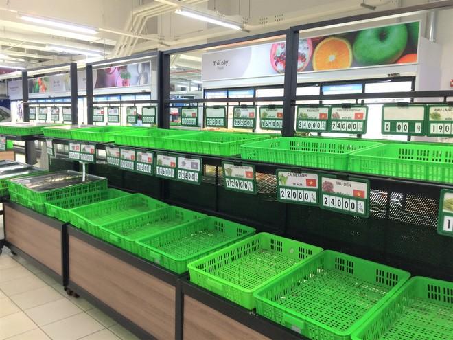Người dân đổ xô đi vét hàng, siêu thị Auchan ở Hà Nội tan hoang trước ngày đóng cửa - Ảnh 14.