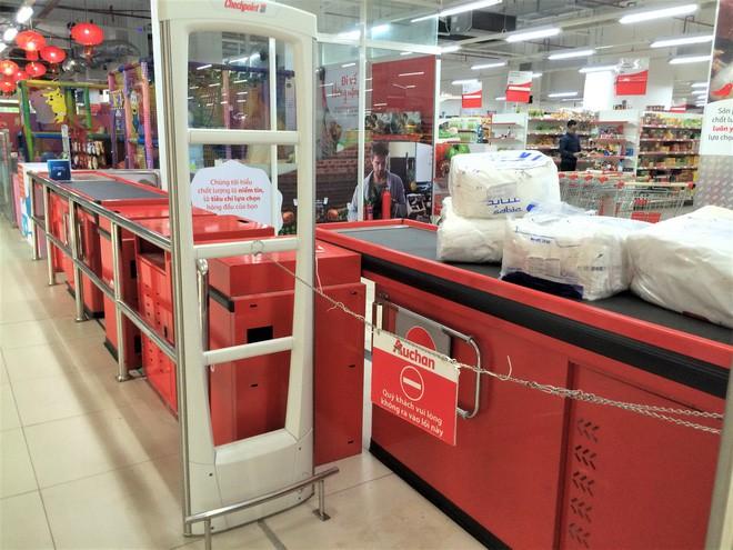 Người dân đổ xô đi vét hàng, siêu thị Auchan ở Hà Nội tan hoang trước ngày đóng cửa - Ảnh 8.
