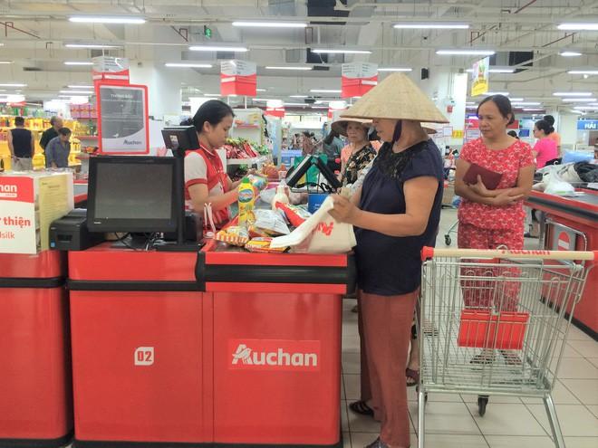 Người dân đổ xô đi vét hàng, siêu thị Auchan ở Hà Nội tan hoang trước ngày đóng cửa - Ảnh 9.