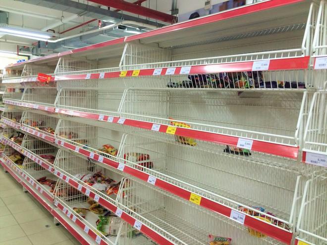 Người dân đổ xô đi vét hàng, siêu thị Auchan ở Hà Nội tan hoang trước ngày đóng cửa - Ảnh 10.