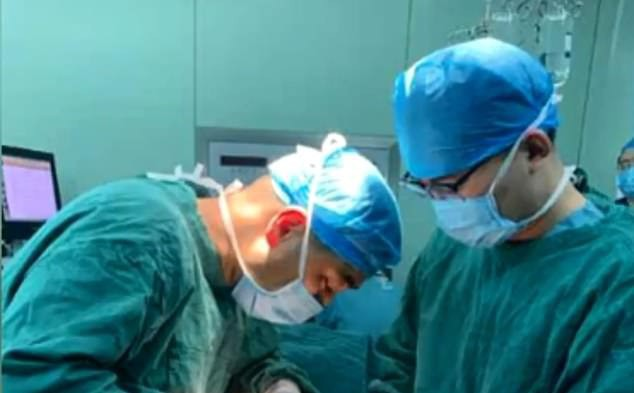 Đưa con đi khám vì đau bụng, kết quả kiểm tra khiến cả bố mẹ lẫn bác sĩ đều phải kinh ngạc