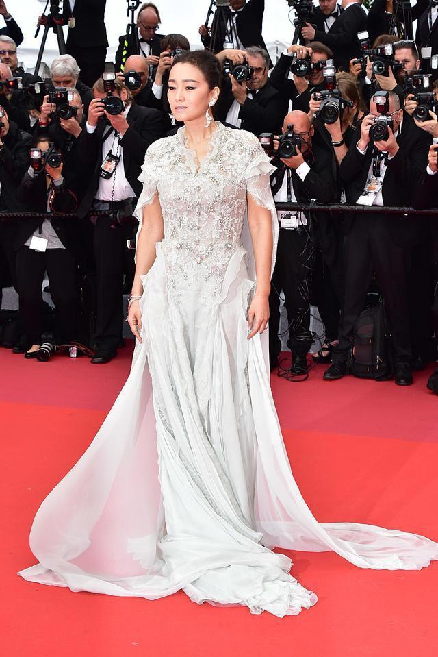 Củng Lợi dạy cách ăn mặc trên thảm đỏ và đẳng cấp thực sự của ngôi sao 18 lần dự LHP Cannes - Ảnh 2.
