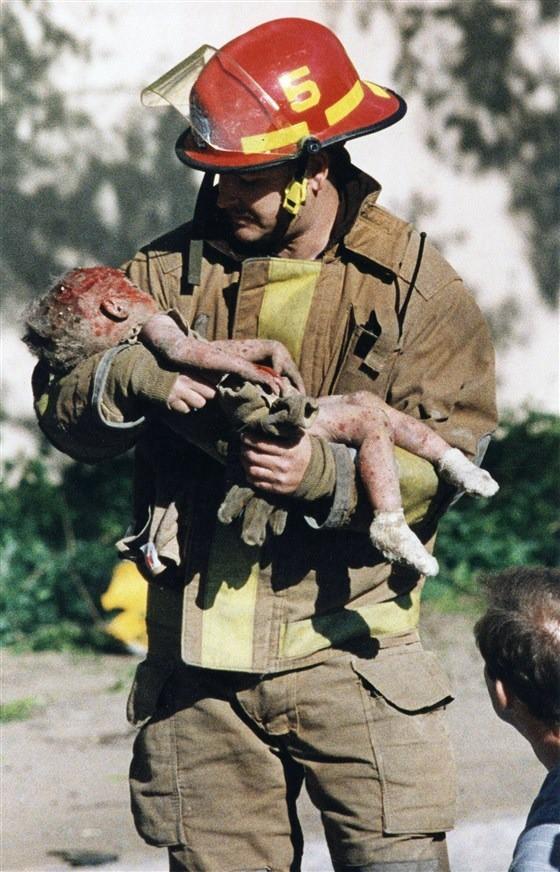 Bức ảnh nhân viên cứu hỏa bế thi thể đứa trẻ lay động thế giới và sự kiện khiến cuộc đời những người liên quan thay đổi sau 24 năm - Ảnh 1.