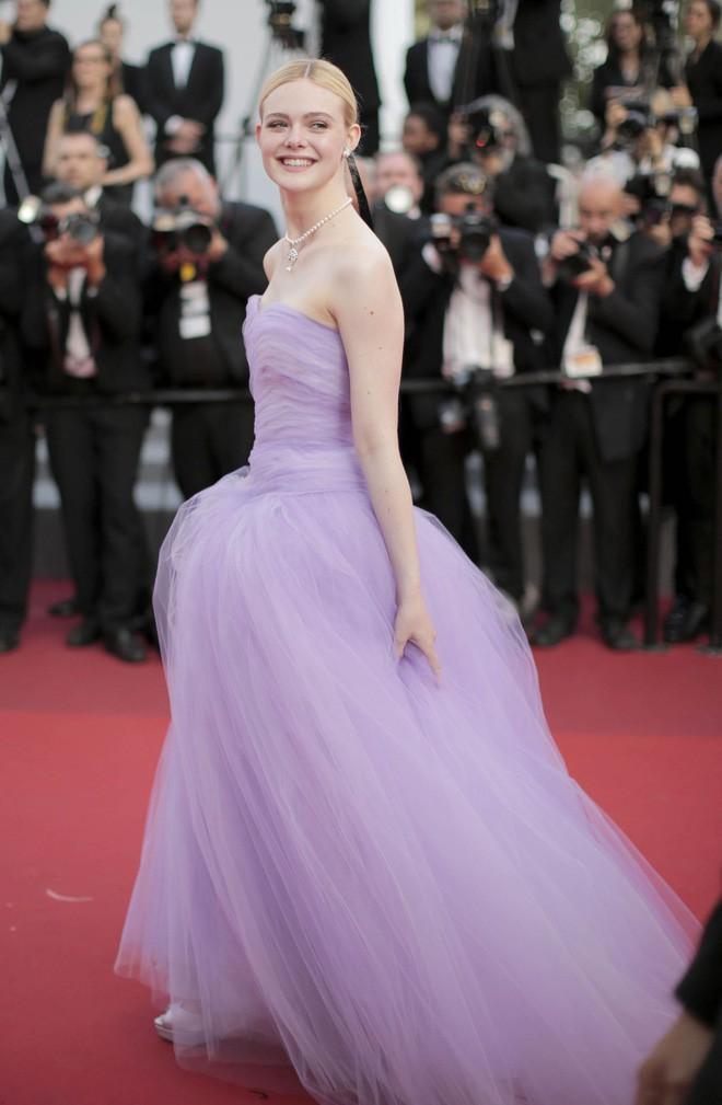 Giám khảo trẻ nhất lịch sử Cannes Elle Fanning: Đẹp vô thực, từ bóng của chị gái thành cô tiên nước Mỹ quyền lực - Ảnh 16.