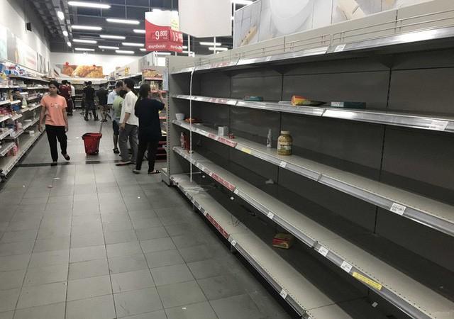 Nhân viên Auchan muốn khóc nhìn khách vừa mua, vừa ăn, vừa phá hàng hóa trong siêu thị - Ảnh 5.