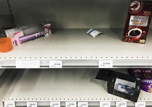 Nhân viên Auchan muốn khóc nhìn khách vừa mua, vừa ăn, vừa phá hàng hóa trong siêu thị - Ảnh 8.