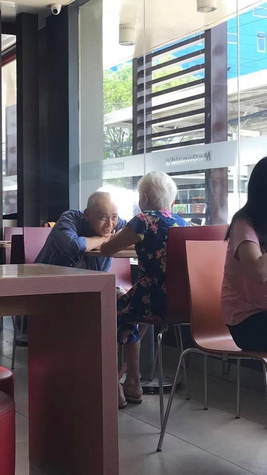 Bức ảnh chụp cụ ông và cụ bà trong quán ăn có gì đặc biệt mà nhận được gần 80 nghìn lượt chia sẻ, dân mạng xuýt xoa ngưỡng mộ? - Ảnh 1.