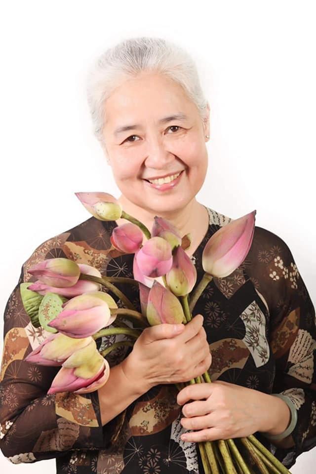 Nguyễn Dzoãn Cẩm Vân - huyền thoại màn ảnh nhỏ giúp thổi lửa bao gian bếp gia đình Việt bất ngờ xuất gia ở tuổi 65 - Ảnh 1.