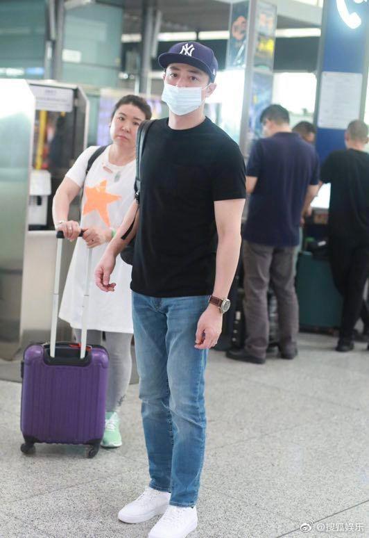 Xuất hiện sau scandal ly hôn Lâm Tâm Như, Hoắc Kiến Hoa tỏ thái độ khó chịu với ống kính máy quay - Ảnh 2.