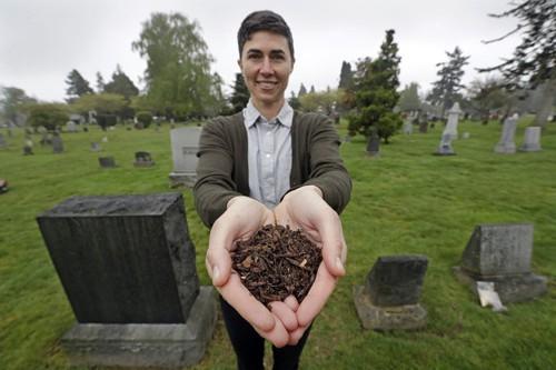 Sợ chôn và hỏa táng gây ô nhiễm môi trường, một bang của Mỹ cho phép ủ xác người chết thành phân bón cây trồng - Ảnh 1.