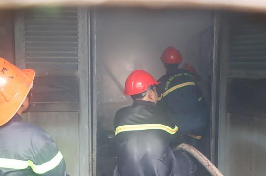 Hỏa hoạn thiêu rụi 7 gian nhà kho dâu tằm Lâm Đồng - Ảnh 1.