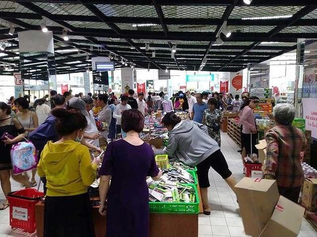 'Tàn phá' siêu thị Auchan: Người tiêu dùng thua cuộc - Ảnh 1.