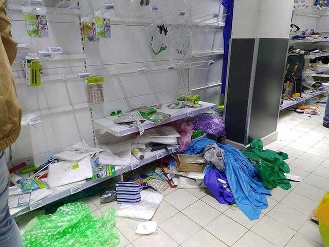 'Tàn phá' siêu thị Auchan: Người tiêu dùng thua cuộc - Ảnh 2.