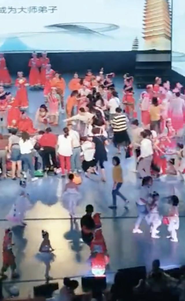 Đang biểu diễn tiết mục thiếu nhi thì sân khấu sập, 1 trẻ em tử vong và nhiều đứa trẻ khác bị thương nặng - Ảnh 2.