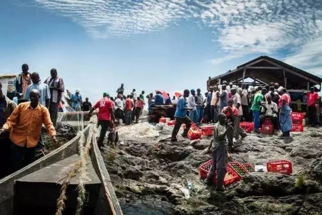 """Hòn đảo """"nghẹt thở"""" nhất hành tinh: Chưa bằng nửa sân bóng nhưng có cả nghìn dân - Ảnh 1."""