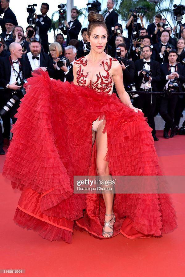 Những bộ cánh mặc như không phản cảm nhất tại Liên hoan phim Cannes lần thứ 72 - Ảnh 16.