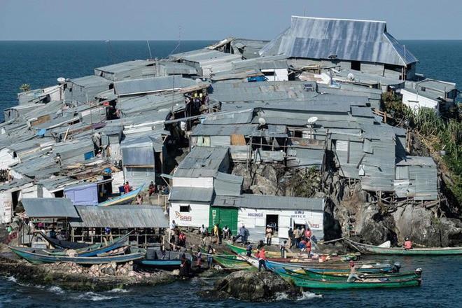 """Hòn đảo """"nghẹt thở"""" nhất hành tinh: Chưa bằng nửa sân bóng nhưng có cả nghìn dân - Ảnh 5."""