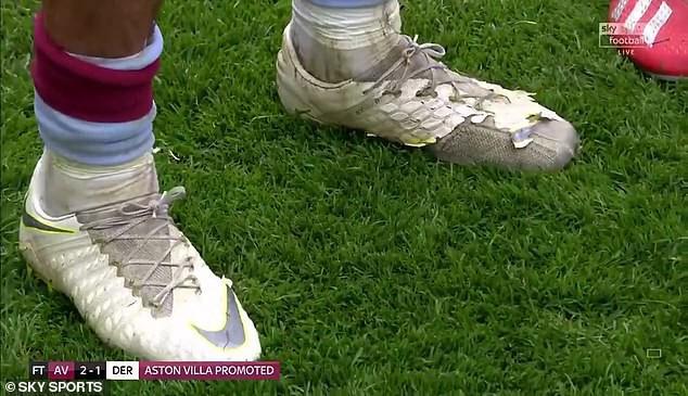 Tiết kiệm như anh chàng cầu thủ này, kiếm gần 5 tỷ VNĐ mỗi tháng vẫn đi đôi giày cái bang để chơi trận bóng đắt giá nhất thế giới - Ảnh 1.