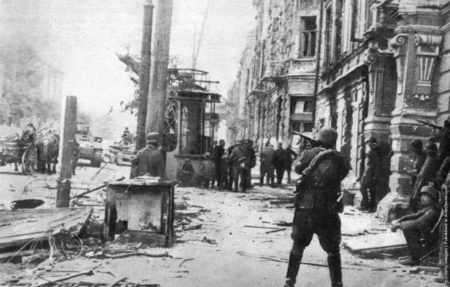 Lính Mỹ chạm trán quân phát xít trên lãnh thổ Đức, 52 năm sau, điều không ngờ đến đã xảy ra - Ảnh 1.