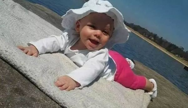 Em bé suýt chết khát nằm cạnh xác bố mẹ suốt 3 ngày không ăn không uống - Ảnh 1.