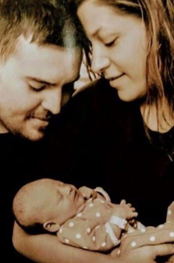 Em bé suýt chết khát nằm cạnh xác bố mẹ suốt 3 ngày không ăn không uống - Ảnh 2.