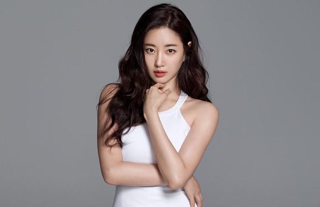 Hoa hậu ngực khủng Kim Sarang: Từ mỹ nhân nổi tiếng với cảnh tắm trần táo bạo tới xì xào bán dâm khiến sự nghiệp lao đao - Ảnh 9.
