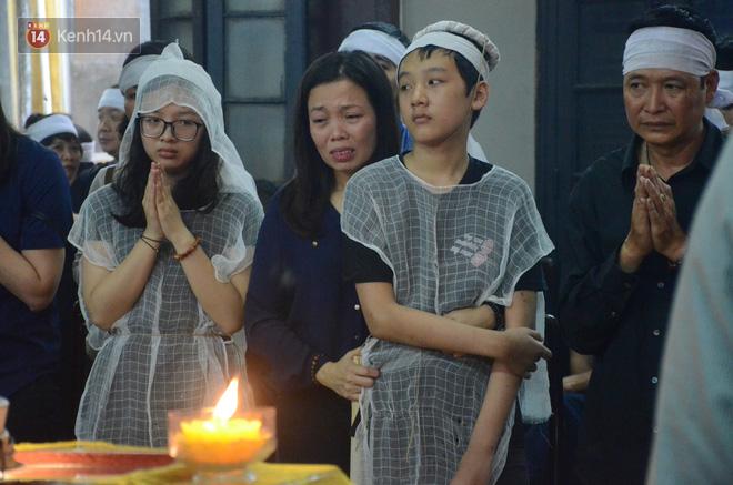 Xuân Bắc ngồi thẫn thờ trong căn nhà xuống cấp của đồng nghiệp bị tai nạn thảm khốc - Ảnh 1.
