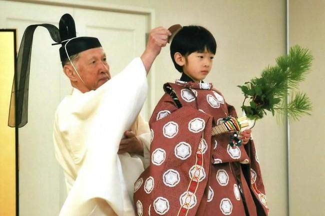 """Hoàng tử bé Hisahito: Người thừa kế cuối cùng của Hoàng gia Nhật, được nuôi dạy một cách """"khác người"""" nhưng dân chúng lại đồng tình ủng hộ - Ảnh 8."""