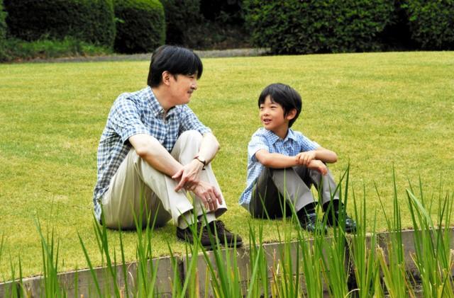 """Hoàng tử bé Hisahito: Người thừa kế cuối cùng của Hoàng gia Nhật, được nuôi dạy một cách """"khác người"""" nhưng dân chúng lại đồng tình ủng hộ - Ảnh 11."""