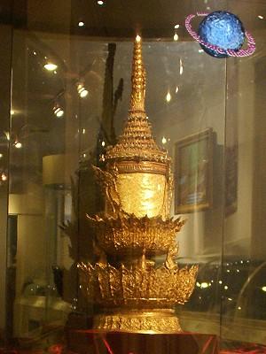 Vương miện vàng nạm đá quý nặng 7,3 kg và những con số đáng kinh ngạc trong lễ đăng cơ Vua Thái Lan - Ảnh 2.