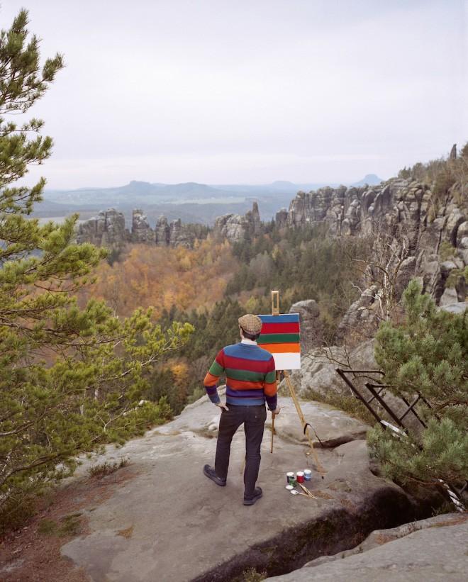 Góc rảnh rỗi: Anh họa sĩ chuyên đến điểm du lịch nổi tiếng chỉ để vẽ lại họa tiết trên áo mình - Ảnh 1.