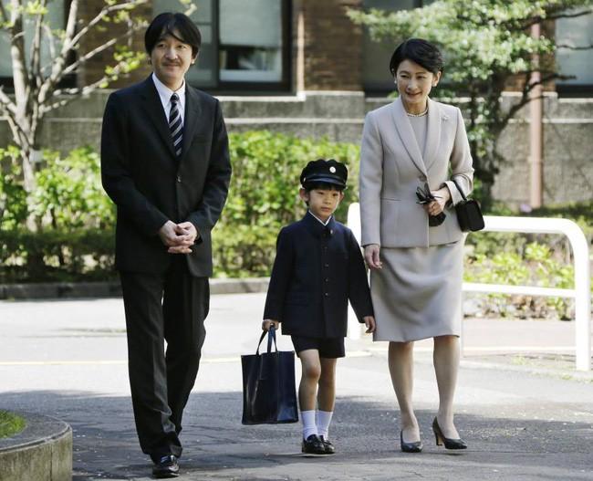 """Hoàng tử bé Hisahito: Người thừa kế cuối cùng của Hoàng gia Nhật, được nuôi dạy một cách """"khác người"""" nhưng dân chúng lại đồng tình ủng hộ - Ảnh 9."""