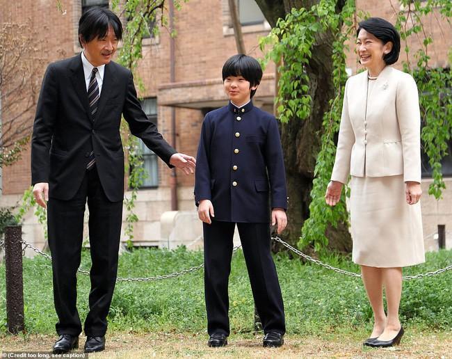 """Hoàng tử bé Hisahito: Người thừa kế cuối cùng của Hoàng gia Nhật, được nuôi dạy một cách """"khác người"""" nhưng dân chúng lại đồng tình ủng hộ - Ảnh 10."""
