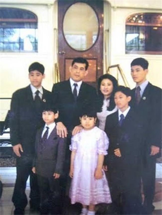 Điều ít biết về 3 cuộc hôn nhân với 7 người con có số phận hoàn toàn khác biệt nhau của Quốc vương Thái Lan, kẻ lên mây người không được thừa nhận - Ảnh 4.