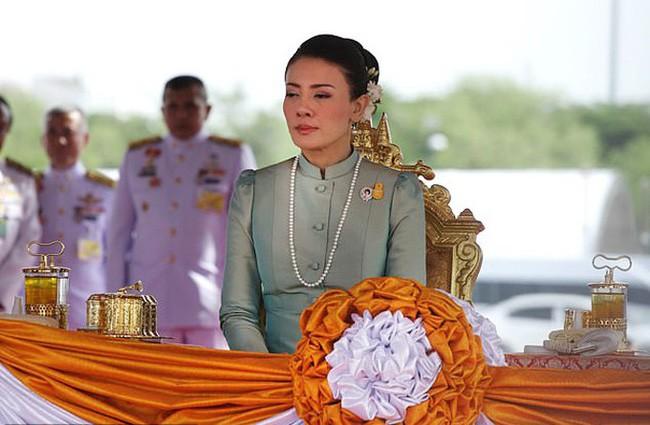 Điều ít biết về 3 cuộc hôn nhân với 7 người con có số phận hoàn toàn khác biệt nhau của Quốc vương Thái Lan, kẻ lên mây người không được thừa nhận - Ảnh 6.