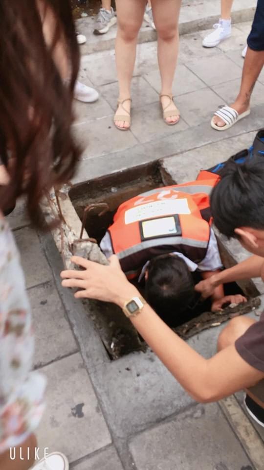 Nữ tài xế Thái Lan chui xuống cống tìm đồng hồ 3 triệu cho cô gái Việt - Ảnh 1.