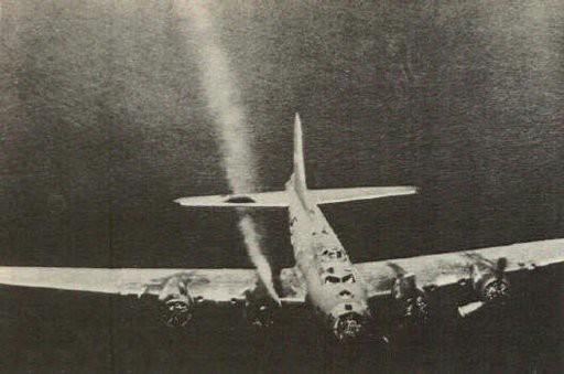 Thấy máy bay của địch bốc khói, phi công Đức bám theo và làm 1 việc không ai có thể ngờ - Ảnh 1.